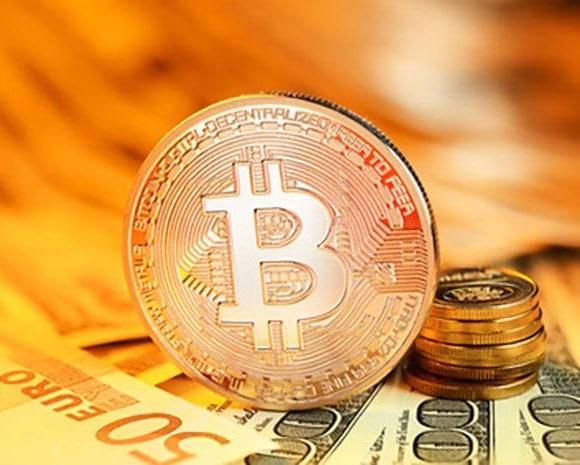 Pièces de bitcoin poser sur des billets euros et dollars