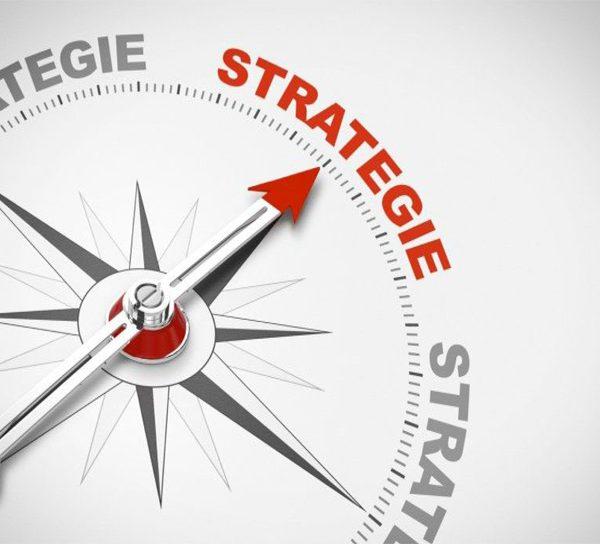 Boussole qui montre le mot strategie
